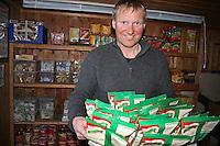 Odd Harald Eriksen, driftssjef i Trondhjems Turistforening. Her utrustes matlageret for selvbetjening, som blir en vel utrustet butikk. There are always dry food to buy at Schulzhytta.