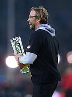 Fussball 1. Bundesliga :  Saison   2010/2011   32. Spieltag  21.04.2012 Borussia Dortmund - Borussia Moenchengladbach Jubel nach dem SIEG zur Deutschen Meisterschaft Trainer Juergen Klopp (Borussia Dortmund) mit einem Bier