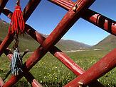 Die Jurten werden aufgebaut. Im Sommerlager der letzten Nomaden in Kirgisistan im Tien-Shan-Gebirges an der Grenze zwischen Kasachstan und Kirgistan. / The yurts are build. In the summer camp of the last nomads in Kyrgyzstan in the Tien Shan mountains on the border between Kazakhstan and Kyrgyzstan.
