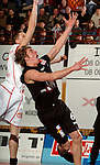Basketball, BBL 2003/2004 , 1.Bundesliga Herren, Wuerzburg (Germany) X-Rays TSK Wuerzburg - GHP Bamberg (62:84) Steffen Hamann (Bamberg) kaempft um den Ball, dahinter Igor Perovic (Wuerzburg)