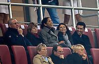 29.10.2009,  Frauenfussball,  Länderspiel Deutschland - USA im Augsburger Fußballstadion, ..2009-10-29, Woman-Soccer-Team  Germany vs. USA in Augsburg (Germany),   Besucher auf der Tribüne, 3.v.l:  Steffi Jones (GER), Mia Hamm (USA) mit Ehemann...*Copyright by: M.i.S.-Sportpressefoto, I N N S B R U C K E R S T R . 12, 87719 M I N D E L H E I M, Tel: 08261/20944,  (www.mis.mn) US Women's National Team vs Germany at Impuls Arena in Augsburg, Germany on October 27, 2009.