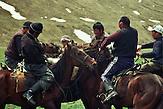 Reiterspiele im Sommerlager der letzten Nomaden in Kirgisistan im Tien-Shan-Gebirges an der Grenze zwischen Kasachstan und Kirgistan. / Equestrian Games in the summer camp of the last nomads in Kyrgyzstan in the Tien Shan mountains on the border between Kazakhstan and Kyrgyzstan.