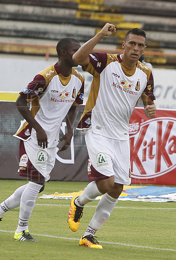 NEIVA, COLOMBIA, 24-04-2016: Victor Aquino jugador de Deportes Tolima celebra después de anotar el segundo gol a Atlético Huila durante partido por la fecha  14 de la Liga Águila I 2016 jugado en el estadio Guillermo Plazas Alcid de la ciudad de Neiva./ Victor Aquino player of Deportes Tolima celebrates after scoring the second goal to Atletico Huila during match for the date 14 of the Aguila League I 2016 played at Guillermo Plazas Alcid in Neiva city. VizzorImage / Sergio Reyes / Cont
