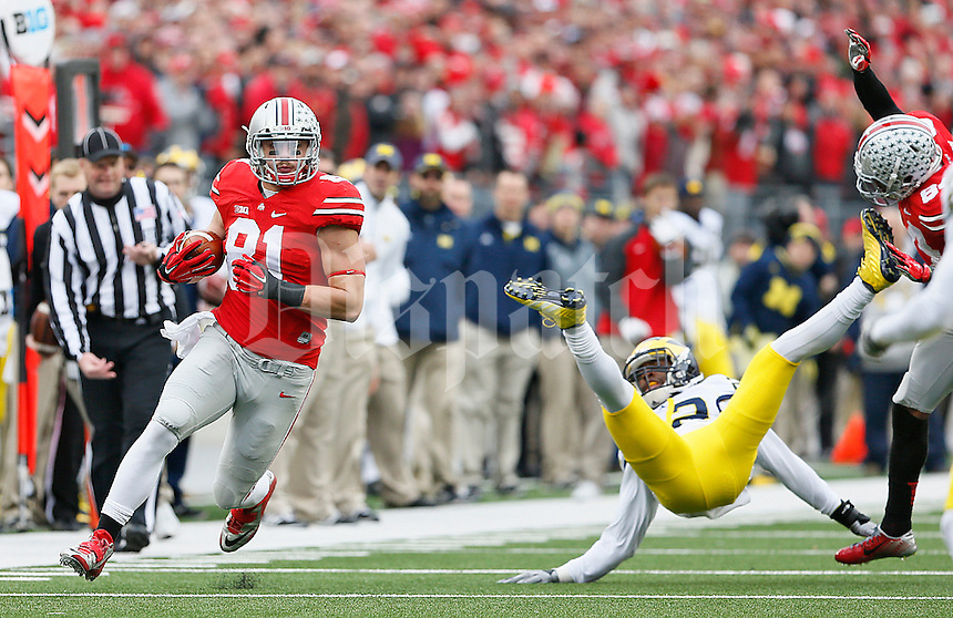 Ohio State Buckeyes tight end Nick Vannett (81) looks for running room as a Michigan defender goes airborne in the second half at Ohio Stadium on November 29, 2014. (Chris Russell/Dispatch Photo)