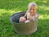 Badespaß, Badevergnügen, Lebensfreude, Junge, Kind nimmt Bad in einer Zinkwanne im Garten