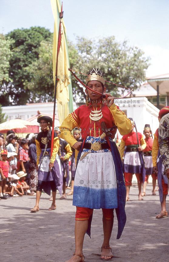 Indonesia, Java island: parade of the guards of the sultan in Yogyakarta during sekàten. Indonesia; Giava: parata delle guardie del sultano durante il sekàten a Yogyakarta.