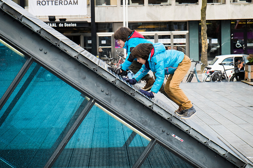 Nederland,  Rotterdam, 2 febr 2014<br /> Kinderen spelen op het dat van de toegang van een parkeergarage op de Doelen, een plein in Rotterdam<br /> Foto: Michiel Wijnbergh