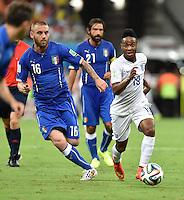 FUSSBALL WM 2014  VORRUNDE    Gruppe D     England - Italien                         14.06.2014 Daniele De Rossi (li, Italien) gegen Raheem Sterling (re, England)