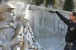 Foto: VidiPhoto<br /> <br /> GARDEREN - De laatste twee van in totaal 25 internationale zandkunstenaars leggen dinsdag de laatste hand het Veluws Zandsculptuur Festijn in Garderen. Het bijzondere Nederlandse project, dat vanaf vrijdag tot en met 31 oktober dagelijks te bezichtigen is (m.u.v. de zondag), heeft inmiddels wereldfaam. Vorig jaar bezochten 140.000 toeristen uit binnen- en buitenland het zandsculptuurfestijn op de Veluwe. Ieder jaar neemt de belangstelling voor het festijn toe. Dit jaar staan de boeken van de in 1995 overleden illustrator, tekenaar en kunstenaar Rien Poortvliet centraal. Omdat zijn werk vooral populair is in Japen en Duitsland, worden uit die twee landen extra bezoekers verwacht. Op het 2000 vierkante grote terrein in Garderen staan ruim honderd sculpturen. Voor het bouwen van de sculpturen en het aanpassen van zowel het buitenterrein als de binnenruimte was dit jaar 1200 kuub zand nodig. E&eacute;n zandkunstenaar is in vaste dienst om de kunstwerken te herstellen die door regen en bezoekers beschadigd raken. Volgens initiatiefnemer Adri van Ee zijn het vooral oudere bezoekers die niet van de sculpturen kunnen afblijven.