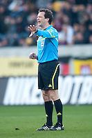 Fussball, 2. Bundesliga, Saison 2011/12, SG Dynamo Dresden - FC Energie Cottbus, Sonntag (11.12.11), gluecksgas Stadion, Dresden. Schiedsrichter Peter Sippel gestikuliert.