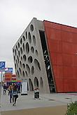 Das b&ouml;hmische Pilsen ist 2015 neben dem belgischen Mons, die Kulturhauptstadt Europas. Die Stadt des Biers wandelt sich zur europ&auml;ischen Kulturhauptstadt. <br /> Bild: Das neue Theater wurde 2014 er&ouml;ffnet und hei&szlig;t &quot;Nov&eacute; divadlo&quot;. Die Fassade besteht aus einer Betonwand mit einer Fl&auml;che von 22 mal 14 Metern und 40 ovalen &Ouml;ffnungen.