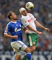 FUSSBALL   1. BUNDESLIGA   SAISON 2013/2014   8. SPIELTAG FC Schalke 04 - FC Augsburg                                05.10.2013 Benedikt Hoewedes (li, FC Schalke 04) gegen Sascha Moelders (re, FC Augsburg)
