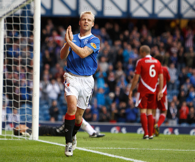 Steven Naismith knocks the rebound past Aberdeen keeper David Gonzalez to score goal no 2 for Rangers and celebrates in trademark style
