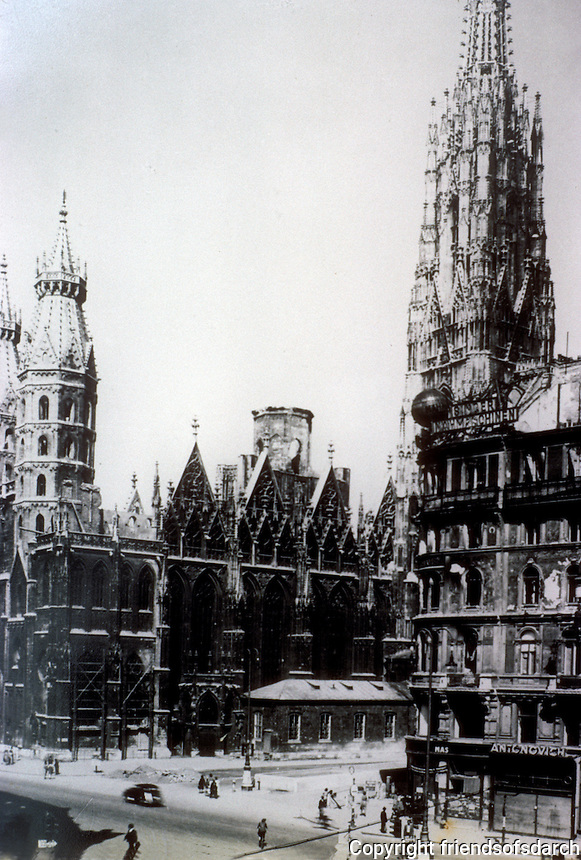 Vienna: St. Stephen's Cathedral (Stephansdom)  in 1945. Roof gong. Photo '87.