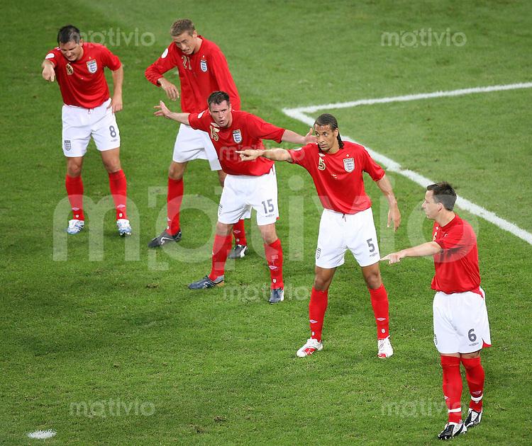 Fussball WM 2006  Gruppenspiel  Vorrunde Schweden - England Frank LAMPARD; Peter CROUCH, Jamie CARRAGHER, Rio FERDINAND und John TERRY (alle ENG, von links) warten auf einen Freistoss