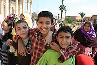 Skolebarn fra kairo på besøk i Mohammad Ali Pascha-moskeen, den er laget av alabast, og kalles også alabastmoskeen. Sto ferdig i 1848 og er et kujennemerke i Egypts hovedstad. Klassisk ottomansk stil og godt synlig der den ligger høyt oppe på festningsverket Citadellet (bygd av Saladin, Salah al-Din, på 1100-talletl. Foto: Bente Haarstad