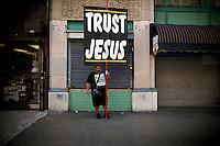 Ruben Israel forkynner sin trosrettning og tolkning av bibelen. Los Angeles. 15.01.11.