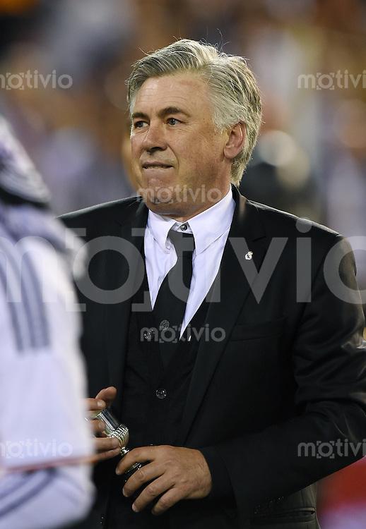 FUSSBALL  INTERNATIONAL Copa del Rey FINALE  2013/2014    FC Barcelona - Real Madrid            16.04.2014 Trainer Carlo Ancelotti (Real Madrid) mit kleinem Pokal