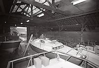 Jean Lacombe aux chantiers Jouët. Ce skipper mènera un Golif Jouët, premier petit croiseur de haute mer en polyester, à la 9e place de la Transat de 1964, une performance pour le plus petit voilier de la flotte.