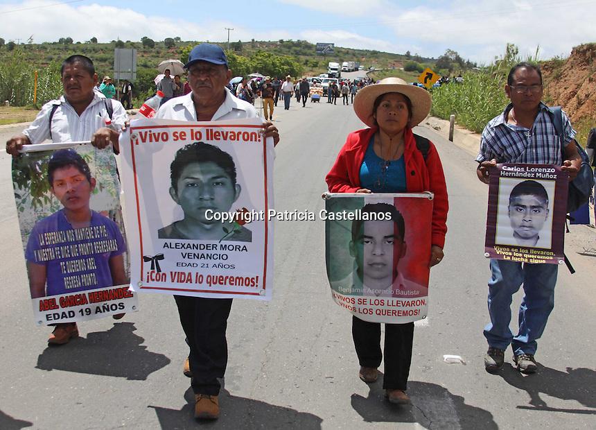 Asunción, Nochixtlán, Oaxaca. 28/06/2016.- Padres de los 43 normalistas desaparecidos en Ayotzinapa, arribaron al municipio de Asunción Nochixtlán con la finalidad de solidarizarse con las familias de los fallecidos, heridos y afectados en esta comunidad durante el enfrentamiento que tuvieran los pobladores, simpatizantes de la Sección 22 de la Coordinadora Nacional de Trabajadores de la Educación (CNTE), y la policía federal el pasado 19 de junio.