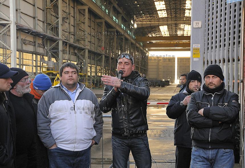 Entrance to the Fincantieri shipyard in Palermo with the workers  striking..assemblea alla Fincantieri di Palermo con gli operai in lotta