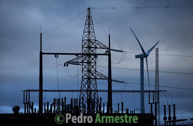 A group of wind turbine are seen in wind park of Veleta, in Monasterio de Rodilla near Burgos on March 27, 2011. Wind energy is an abundant, renewable, clean and helps reduce emissions of greenhouse gases from power plants to replace fossil fuel-based, which makes it a kind of green energy..Un grupo de aerogeneradores del parque eolico de Veleta en Monasterio de Rodilla cerca de Burgos  son vistos en Marzo 27, 2011. La energía eólica es un recurso abundante, renovable, limpio y ayuda a disminuir las emisiones de gases de efecto invernadero al reemplazar termoeléctricas a base de combustibles fósiles, lo que la convierte en un tipo de energía verde. Pedro ARMESTRE