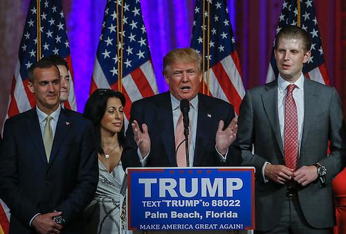 ALM BEACH (FL, EE.UU.), 15/03/2016.- El magnate inmobiliario Donald Trump (c) habla hoy, martes 15 de marzo de 2016, en Palm Beach, Florida (EE.UU.). Trump dijo hoy que el gran perdedor de esta jornada de elecciones primarias, el senador por Florida Marco Rubio, al que derrotó en su estado natal, ha sido un