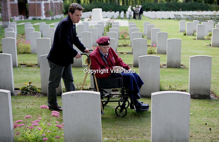 Foto: VidiPhoto..OOSTERBEEK - In alle rust en stilte gaat de 86-jarige Britse Airborneveteraan Roy White uit Southampton donderdag met zijn familie op zoek naar zijn gesneuvelde kameraden op de Airborne Begraafplaats in Oosterbeek. Het is 17 september 2009 precies 65 jaar geleden dat White werd gedropt in de -later- verloren Slag om Arnhem. Veel van Roy's vrienden sneuvelden in en rond Arnhem. Zondag 20 september is er op de Airborne Begraafplaats een herdenkingsdienst.