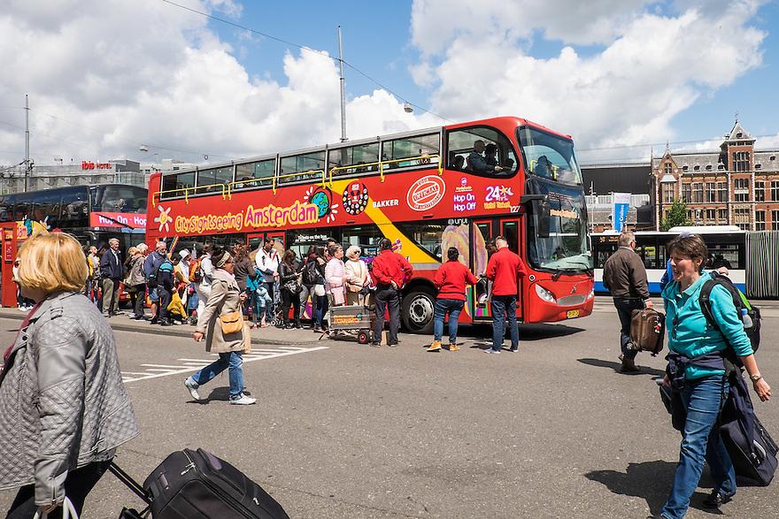 Nederland, Amsterdam, 30 mei 2015<br /> Er gaan nog veel meer toeristen naar Amsterdam komen. <br /> Toeristenbus voor rondrit door de stad bij het Amsterdam Centraal station. <br /> <br /> Foto: Michiel Wijnbergh