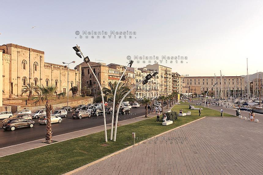 Palermo, la strada che costeggia il mare nella zona del porto della Cala.<br /> Palermo, the street that runs along the sea in the port area of Cala