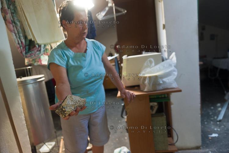 Pescara: Dopo la tremenda esplosione per circa 5Km di distanza molti detriti hanno danneggiato le case dei residenti della contrada Villa Cipressi. Molti i tetti sfondati dalle schegge di cemento armato provenienti dalla deflagrazione delle case matte. Foto Adamo Di Loreto/BuenaVista/*photo