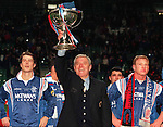 Walter Smith with the League Cup, november 1996 and flanked by Brian Laudrup and Jorg Albertz