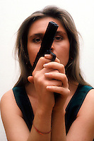 Donna armata di pistola. Woman armed with gun....