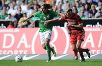 FUSSBALL   1. BUNDESLIGA   SAISON 2011/2012    3. SPIELTAG SV Werder Bremen - SC Freiburg                             20.08.2011 Claudio PIZARRO (li, Bremen) gegen Oliver BARTH (re, Freiburg)