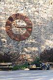 Das alte Zifferblatt der Zagreber Kathedrale auf dem Kirchenvorplatz. / The old dial of the Zagreb Cathedral.