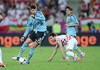 FUSSBALL  EUROPAMEISTERSCHAFT 2012   VORRUNDE Kroatien - Spanien                 18.06.2012 Gerard Pique (li, Spanien) gegen Danijel Pranjic (re, Kroatien)