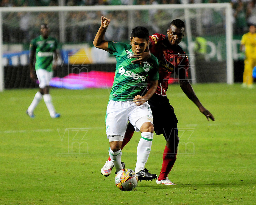 CALI -COLOMBIA-03-06-2015. David Mendieta (Izq) jugador de Deportivo Cali disputa el balón con Jefferson Mena (Der) jugador de Independiente Medellin durante partido de ida de la final entre Deportivo Cali y Indpendiente Medellin por la Liga Aguila I 2015 jugado en el estadio Deportivo Cali (Palmaseca) de la ciudad de Cali. / David Mendieta (L) player of Deportivo Cali fights for the ball with Jefferson Mena (R) player of Indpendiente Medellin during a first leg match of the final between Deportivo Cali and Indpendiente Medellin for the Liga Aguila I 2015 played at the Deportivo Cali (Palmaseca) stadium in Cali city.Photo: VizzorImage/ RN  / Cont