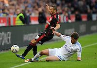 FUSSBALL   1. BUNDESLIGA   SAISON 2011/2012    10. SPIELTAG Bayer 04 Leverkusen - FC Schalke 04                        23.10.2011 Sidney SAM (li, Leverkusen) gegen Klaas-Jan HUNTELAAR (re, Schalke)