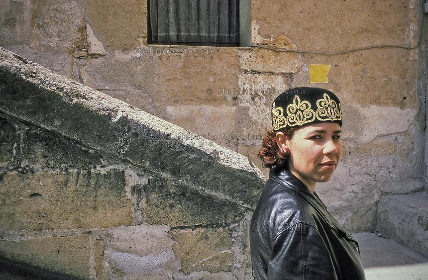 Samira coming from Tunisia lives in Palermo.<br /> Samira originaria della Tunisia vive a Palermo.