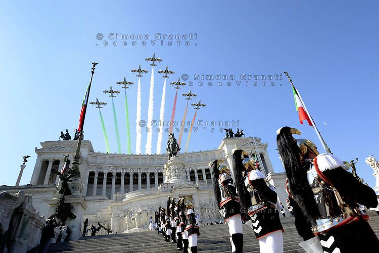Roma, 2 Giugno 2015<br /> Altare della Patria.<br /> Corazzieri.<br /> Il passaggio delle Frecce tricolori