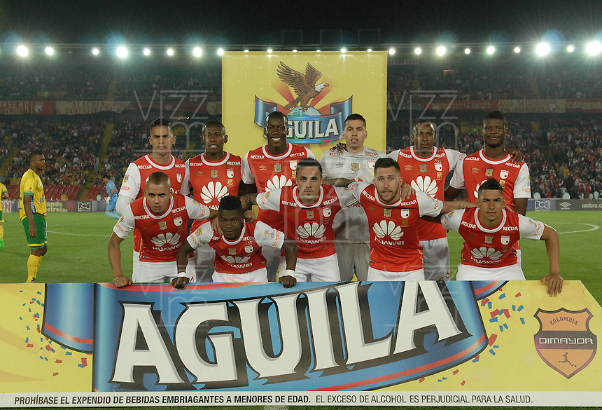 BOGOTÁ -COLOMBIA, 27-03-2016. Jugadores del Santa Fe posan para una foto de grupo previo al encuentro atrasado entre Independiente Santa Fe y Atlético Huila por la fecha 8 de la Liga Aguila I 2016 jugado en el estadio Nemesio Camacho El Campin de la ciudad de Bogota.  / Players of Santa Fe pose to a photo prior the postponed match between Independiente Santa Fe and Atletico Huila for date 8 of the Liga Aguila I 2016 played at the Nemesio Camacho El Campin Stadium in Bogota city. Photo: VizzorImage/ Gabriel Aponte / Staff