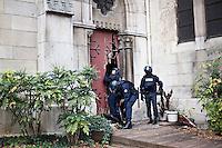 FRANCE, Paris: Des policiers detruisent une porte de l'eglise Saint-Denis pour l'inspecter, Paris le 18 novembre 2015. Une operation policiere a eu lieu a Saint-Denis dans le cadre de l'enquete des attentats du 13 novembre. Deux suspects sont morts et 7 personnes ont ete interpellees. <br /> <br /> FRANCE, Paris: Police officers enter the church of Saint-Denis in order to search inside, Paris, November 18. A police assault happened in hte area of Saint-Denis in Paris in the night of November 18. At the end of the operation, 2 suspects got killed and 7 arrested.