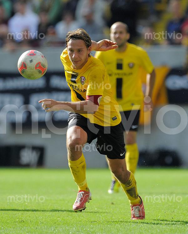 Fussball, 2. Bundesliga, Saison 2012/13, SG Dynamo Dresden - FC Ingolstadt, Sonntag (23.09.12), Dresden, Gluecksgas Stadion. Dresdens Robert Koch am Ball.