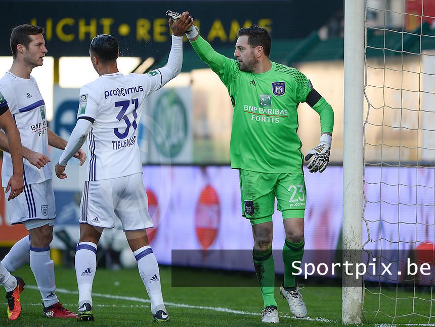 KV Kortrijk - RSC Anderlecht : Anderlecht doelman Frank Boeckx (r) viert zijn redding <br /> Foto David Catry | VDB | Bart Vandenbroucke