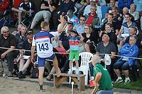 FIERLJEPPEN: BURGUM: 18-07-2015, Keningsljeppen, Oane Galama (koning), Marrit van der Wal (koningin) en Folkert Veldstra (prins), Thewis Hobma (#143), ©foto Martin de Jong