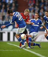 FUSSBALL   1. BUNDESLIGA   SAISON 2012/2013    29. SPIELTAG FC Schalke 04 - Bayer 04 Leverkusen                        13.04.2013 Andre Schuerrle (Bayer 04 Leverkusen) gegen Christoph Moritz (li) und Benedikt Hoewedes (re, beide FC Schalke 04)