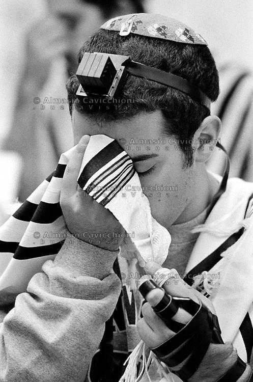 Milano: comunita' LUBAVITCH, preghiera del mattino con filatteri e tallit BET TALMUD (casa del Talmud).Milan: LUBAVITCH community, morning prayer with phylacteries and tallit in BET TALMUD (Talmud house)..