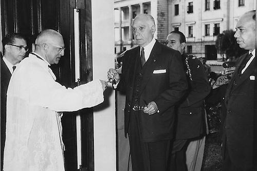 El dictador Rafael Trujillo recibiendo las bendiciones de la Iglesia Católica, su mejor aliada.