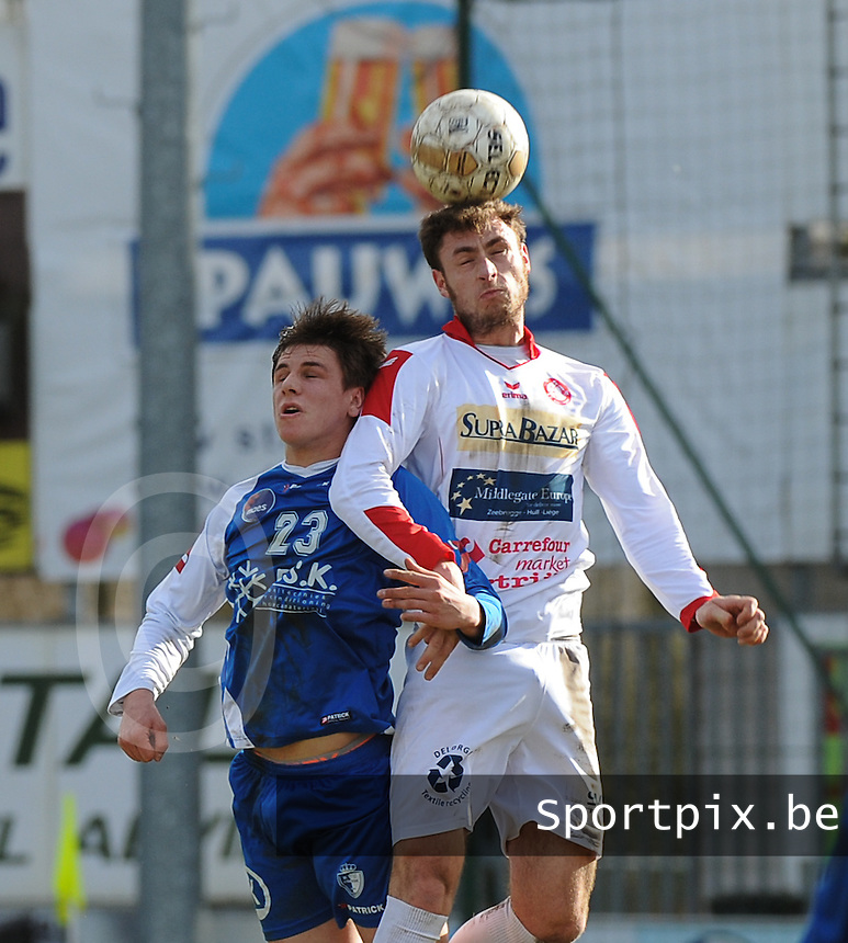 Gullegem - Koksijde :<br /> <br /> kopbalduel tussen Nicolas Mulliez (R) en Laurent Vandamme (L)<br /> <br /> foto VDB / BART VANDENBROUCKE