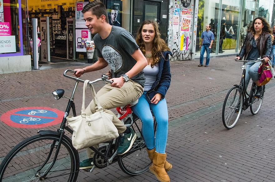 Nederland, Utrecht, 10 okt 2014<br /> Mensen op straat. Stel fiets op 1 fiets  door de binnenstad van Utrecht.<br /> Foto: (c) Michiel Wijnbergh